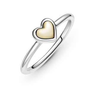 Prstan z zlatim izbočenim srčkom