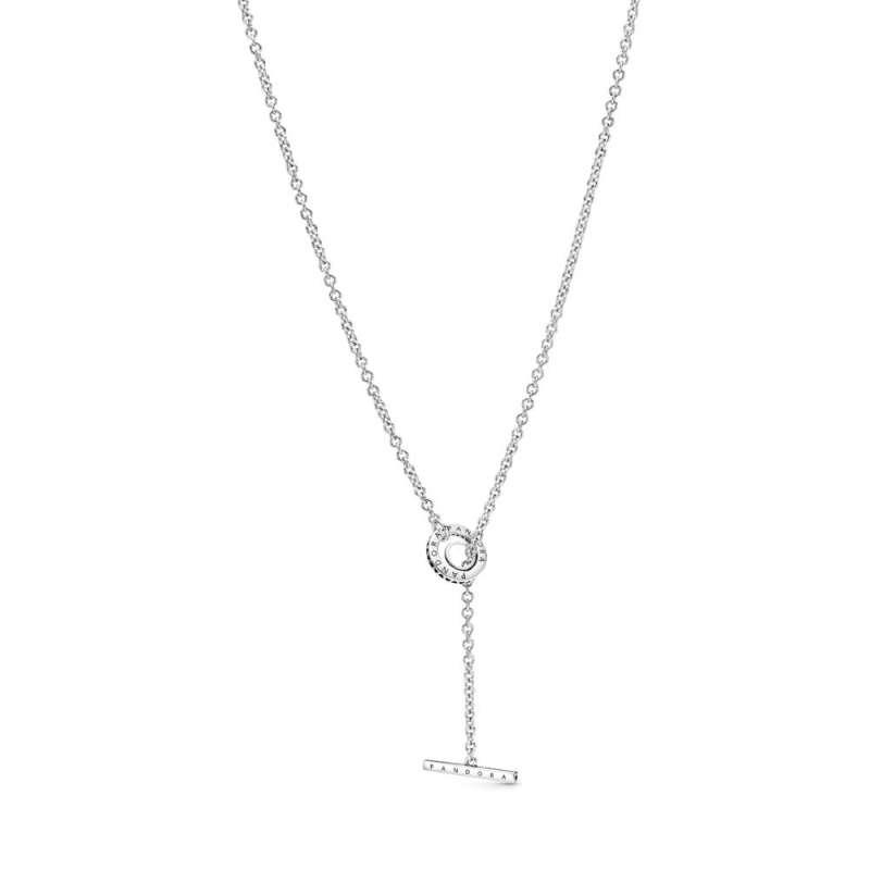 Ogrlica v obliki obroča z dodatkom pavé, ter paličico v obliki črke T.