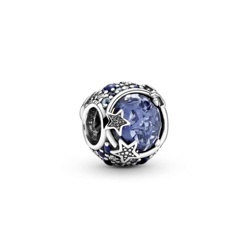 Obesek modre barve s svetlikajočimi zvezdicami